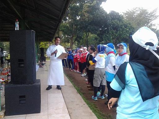 Chef Chandra Memberikan Instruksi kepada Peserta