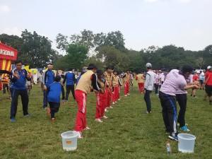 Keseruan peserta jambore saat lomba water estafet
