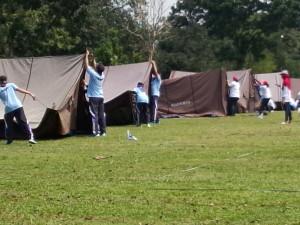 Para peserta tengah asik mendirikan tenda
