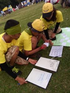 Peserta dari Indosat sedang fokus menyusun sandi