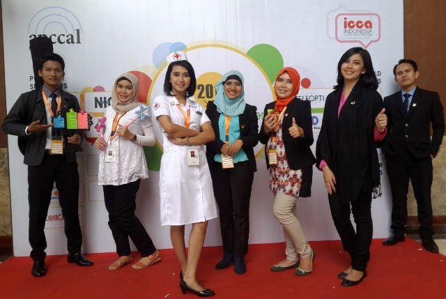 Dwi Putri S (berbaju suster) bersama tim BICARA 131
